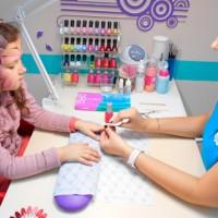 Девочке делают маникюр в салоне красоты