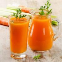 Морковный сок с листочками петрушки