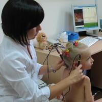 Девочке проводят микротоковую рефлексотерапию