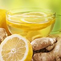 Имбирный чай с лимоном в стеклянной чашке