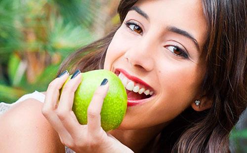 Кареглазая красотка с зелёным яблоком