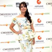 Оксана Федорова в белом платье с растительным принтом