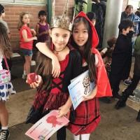 Девочки получили призы за лучшие костюмы на балу