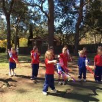 Дети занимаются физкультурой на свежем воздухе