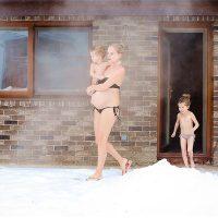 Беременная мама с детьми выходят из бани
