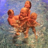 Трое детишек радостно облепили папу