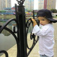 Мальчик смотрит на реку