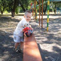 Маленький Назар на детской площадке