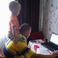 Вместе работают на компьютере