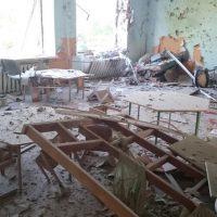Перевёрнутые взрывами стулья