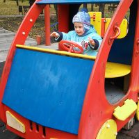 Малыш в огромной красочной машине