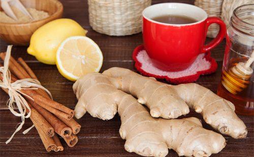 Имбирь и чай в красной чашке