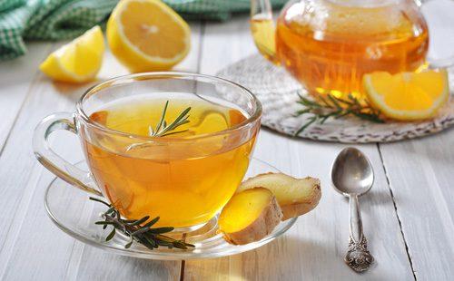 Чай с имбирем в прозрачной кружке