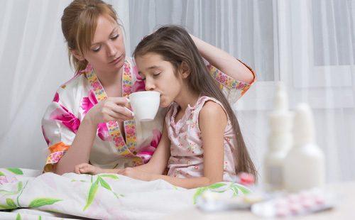 Больная девочка пьет воду